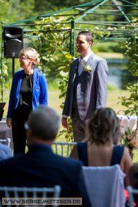 Foto Einzug zur Hochzeit - Bräutigam wartet auf Braut