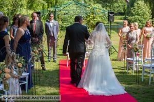 Foto Einzug zur Hochzeit Braut mit Papa