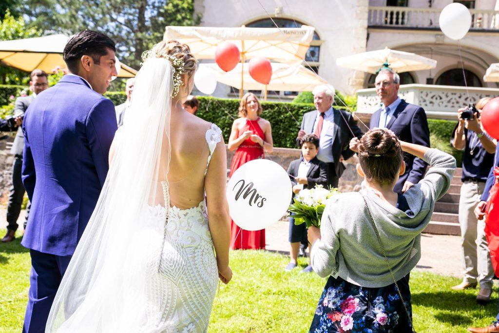 Foto Braut mit rückenfreiem Hochzeitskleid - Hochzeitstrends 2020