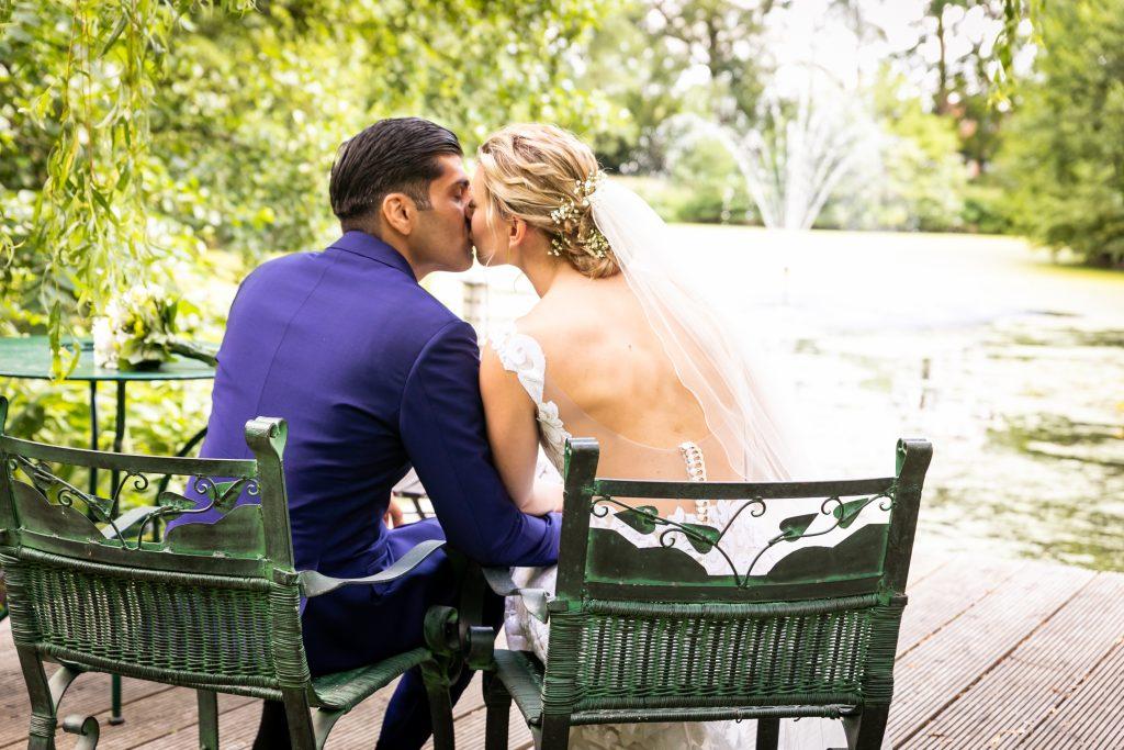 Foto küssendes Brautpaar bei Trauung - Hochzeitstrends 2020 Farbe Blau