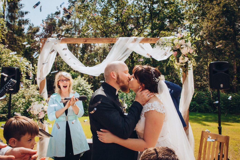 Foto Brautpaar beim Kuss Hochzeitssaison 2019 Birte Gäbel TraumTöne