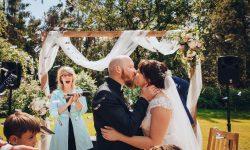 Foto Brautpaar beim Kuss